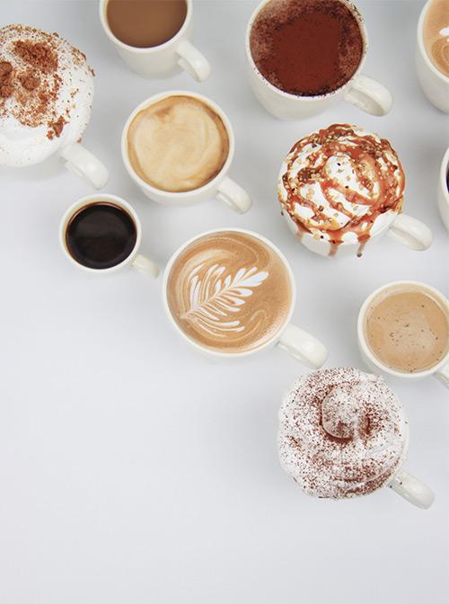 verschillende kopjes koffie